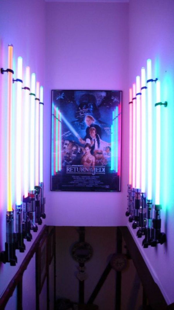 Star wars lightsaber display room pic global geek news for Star wars dekoration
