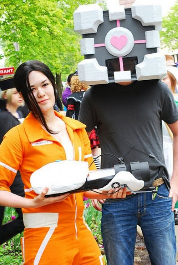 Chell and Companion Cube Portal cosplay